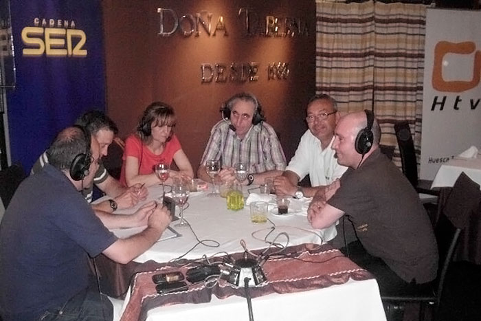 Radio Huesca realizando el programa desde Doña Taberna