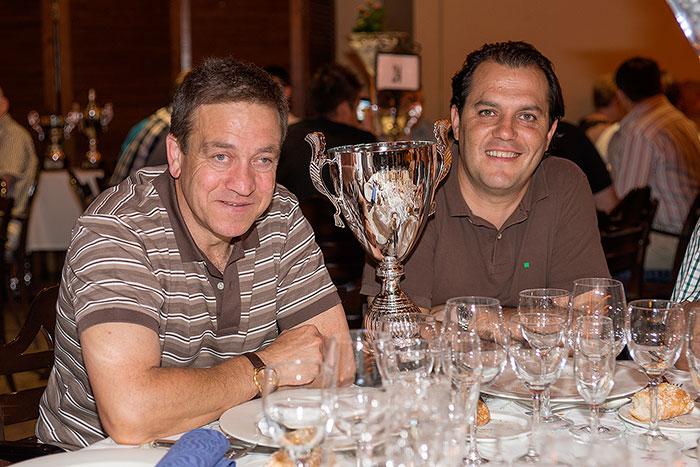 El Presidente y Raúl Ferrer sonrientes con el Trofeo para el C.D. Peñas Oscenses