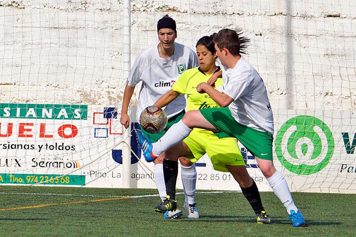 Disputa de un balón en el partido de fin de liga 2012/2013