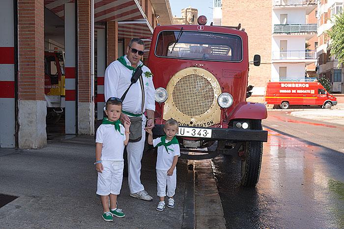 Los niños de Emilia con su camión favorito