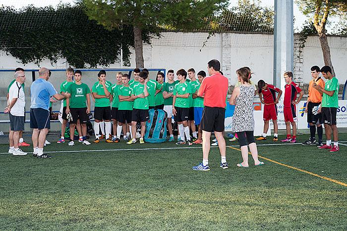 Roberto Fandos  se dirige a los jugadores