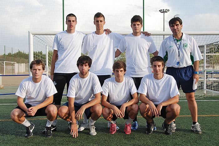 Los nuevos con el entrenador. Foto Luis Beired