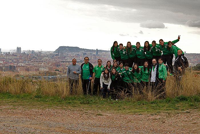 La expedición del Femenino con Barcelona al fondo